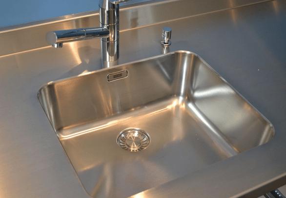 Ôter des traces de silicone sur un évier en inox