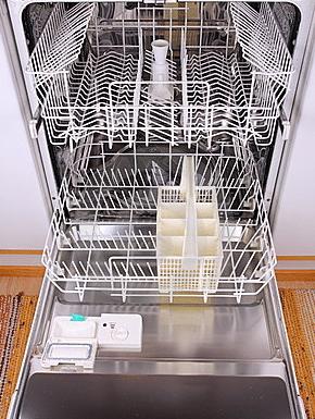 Eliminer les odeurs du lave vaisselle les astucieux for Nettoyage lave vaisselle bicarbonate