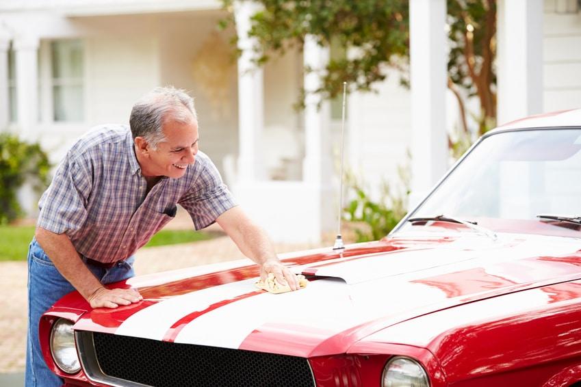 Enlever les insectes collés sur la carrosserie d'une voiture