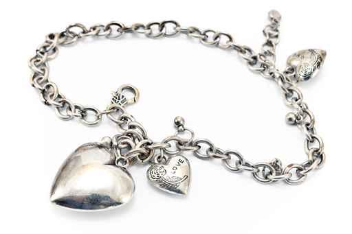 Nettoyer les bijoux en argent les astucieux for Astuce pour nettoyer des bijoux en argent
