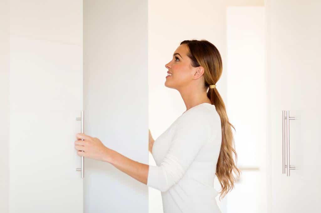 Comment enlever l odeur d humidit dans une armoire les astucieux - Humidite dans une chambre ...