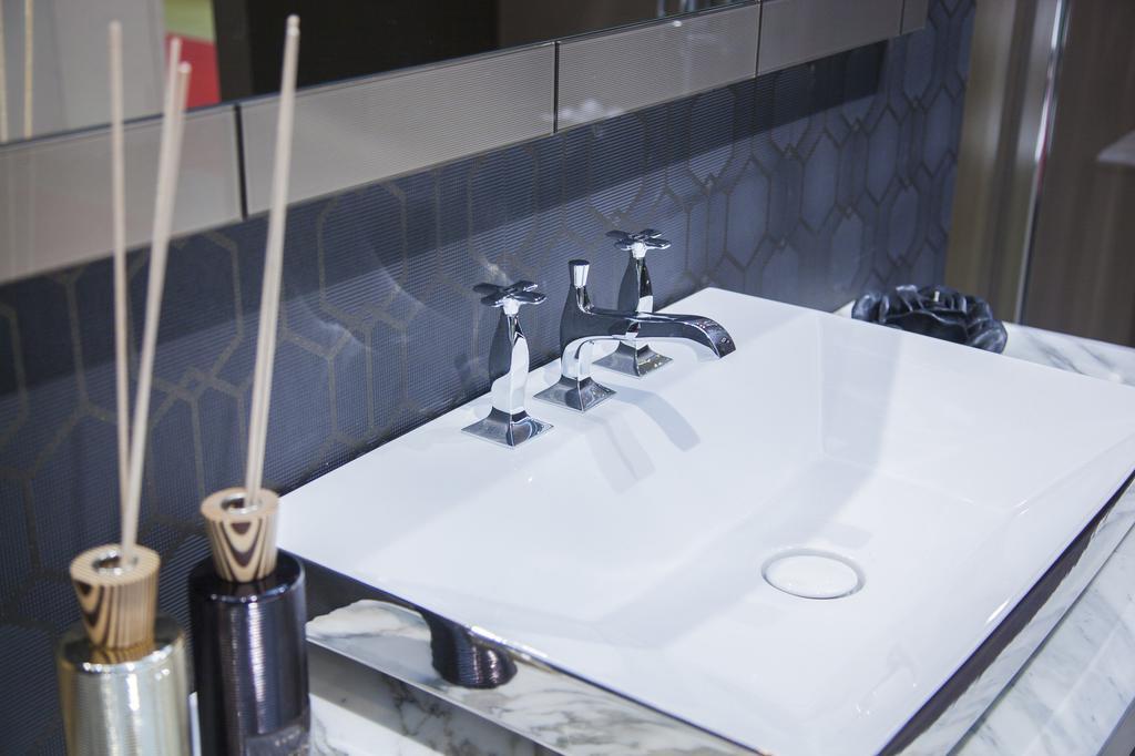 comment nettoyer des traces de colle dans un lavabo les astucieux. Black Bedroom Furniture Sets. Home Design Ideas