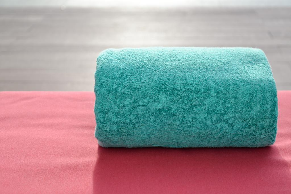 Comment nettoyer une tache d huile solaire sur un tissu les astucieux - Comment nettoyer le tissu d un fauteuil ...