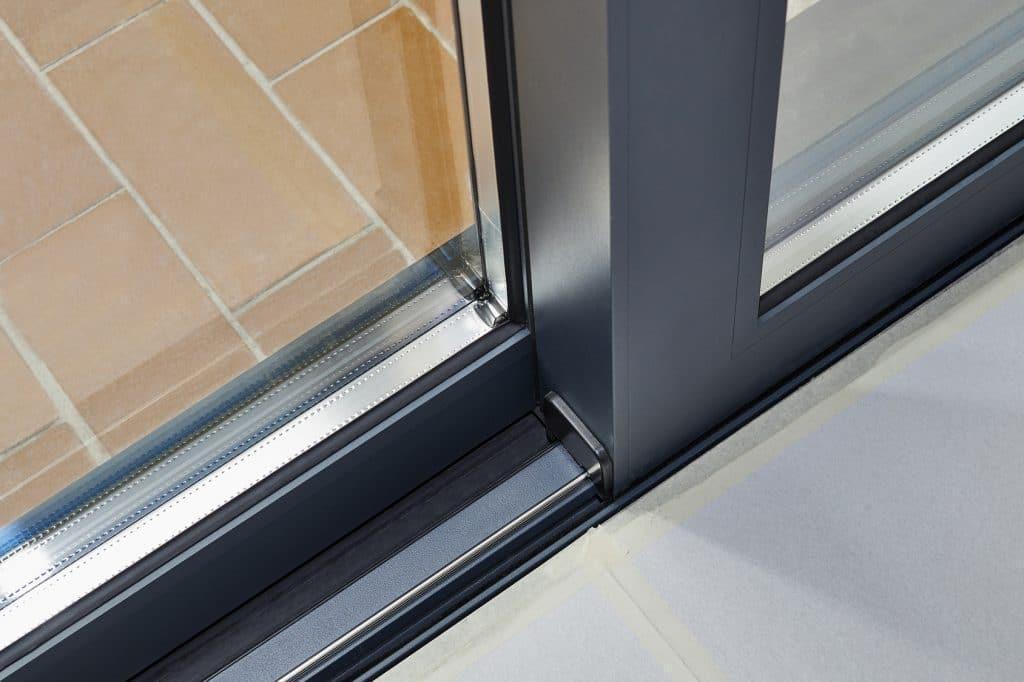 Comment nettoyer efficacement des rails de porte fen tre - Nettoyer une porte en bois ...
