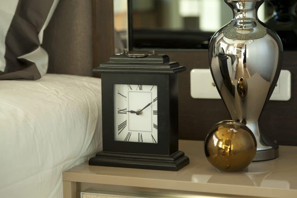 comment nettoyer une horloge. Black Bedroom Furniture Sets. Home Design Ideas