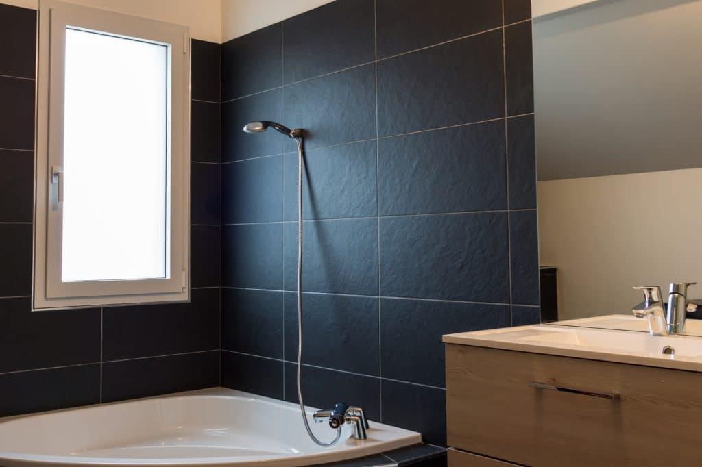 Comment nettoyer de l\'ardoise dans une douche ? - Les Astucieux